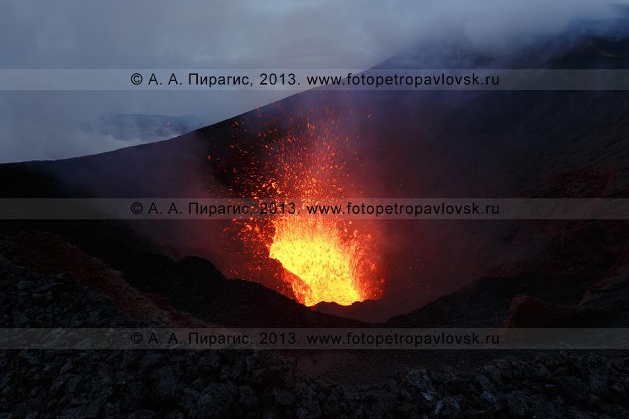 Фотография: фонтанирование лавы, взрывы и выбросы вулканических бомб в кратере шлакового конуса прорыва имени вулканолога С. Набоко. Извержение вулкана Плоский Толбачик на Камчатке
