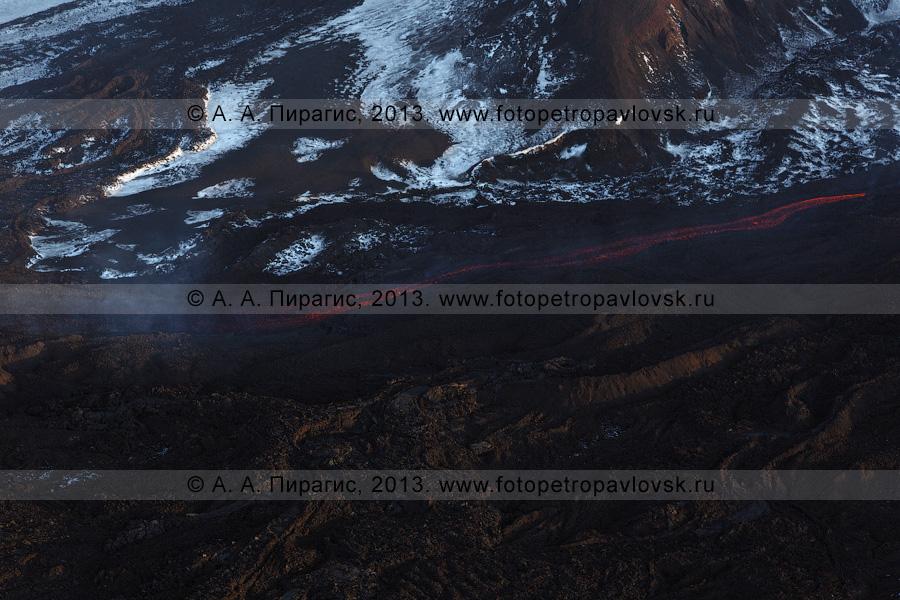 Фотография: зимний вид на извержение вулкана Плоский Толбачик на полуострове Камчатка