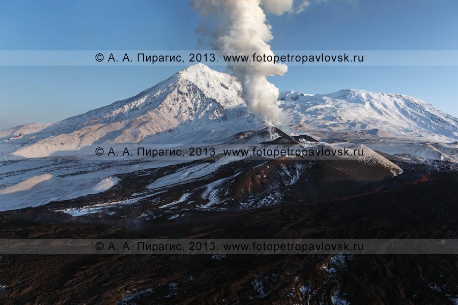 Фотография: вид с вертолета на извержение вулкана Плоский Толбачик в Камчатском крае
