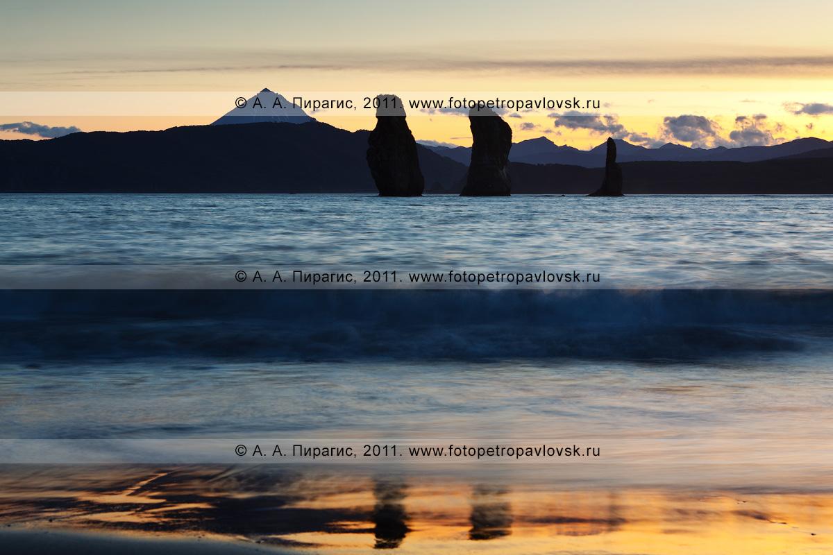 Фотография: Скалы Три Брата на закате. Авачинская губа (Авачинская бухта), полуостров Камчатка На заднем плане: Вилючинский вулкан