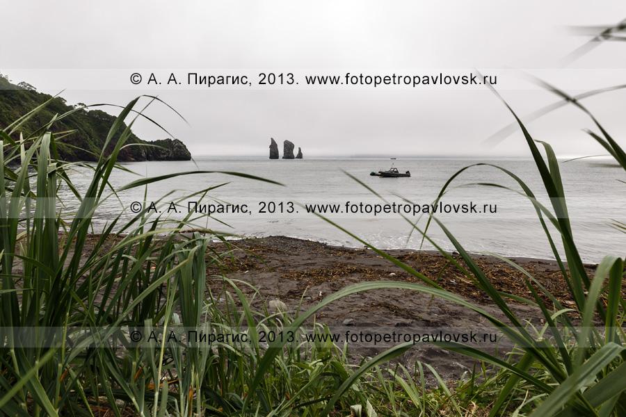 Фотография: камчатский пейзаж — вид на скалы Три Брата в хмурую погоду. Камчатка