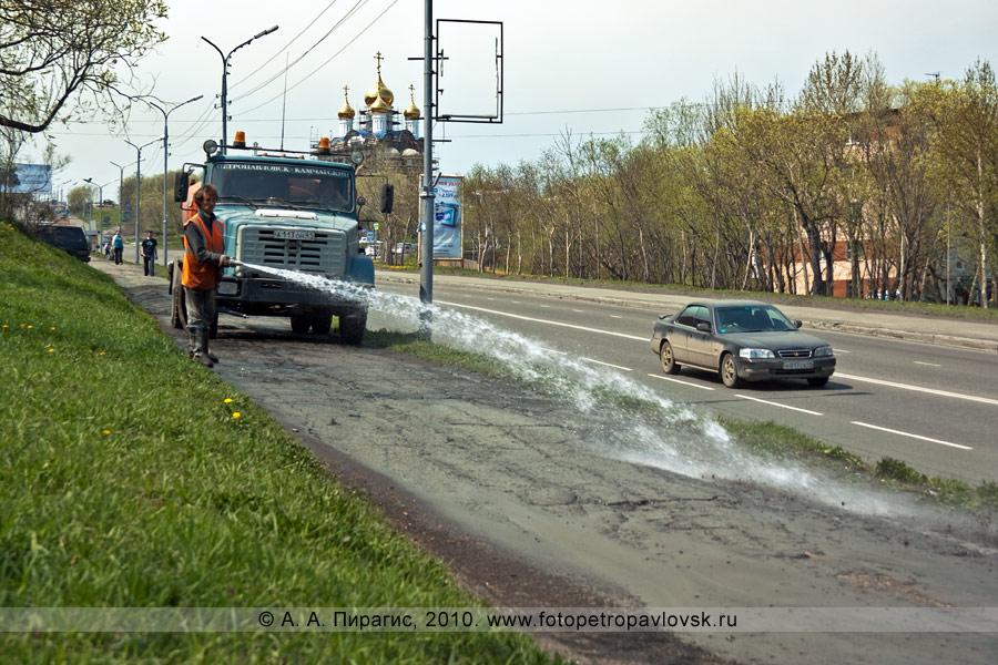 Фотография: уборка тротуаров от песка и грязи с помощью спецтехники (Петропавловск-Камчатский, улица Владивостокская)