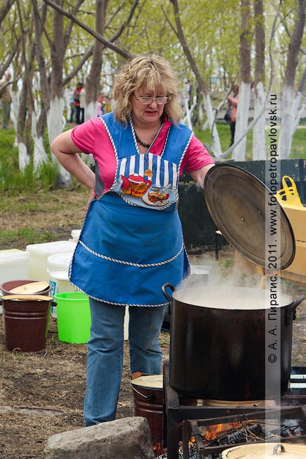 Фотография: повар готовит камчатскую уху. День первой рыбы на Камчатке