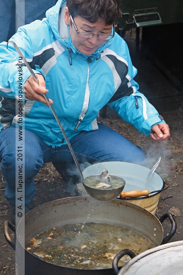Фотография: камчатская уха приготовлена! Празднование Дня первой рыбы в городе Петропавловске-Камчатском.