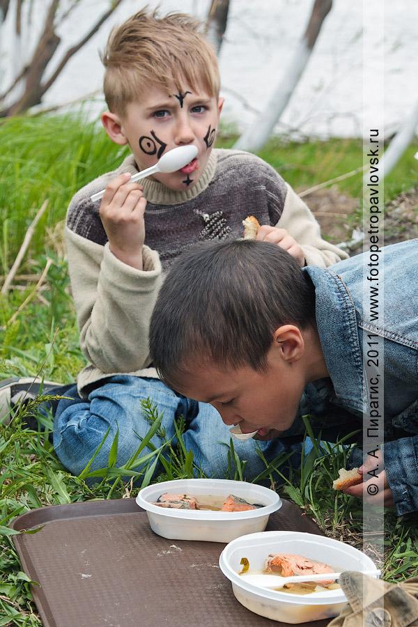 Фотография: молодое поколение Камчатки угощается камчатской ухой. Древний обрядовый праздник коренных жителей полуострова Камчатка — День первой рыбы