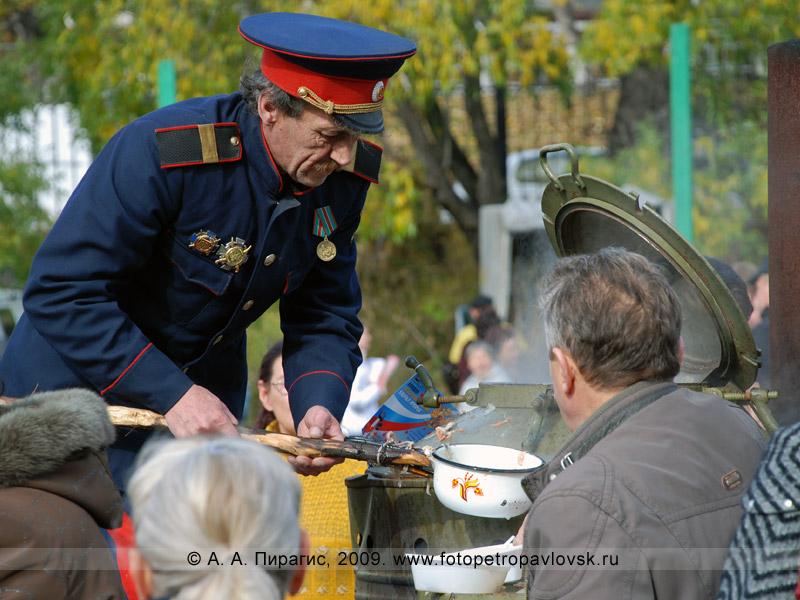 Казачья сельскохозяйственная ярмарка: камчатские казаки угощают ухой жителей Петропавловска-Камчатского
