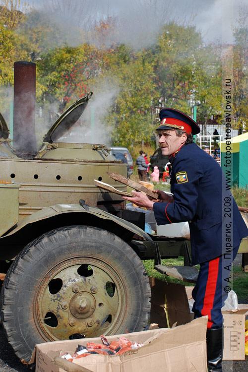 Казачья сельскохозяйственная ярмарка: камчатские казаки варят уху