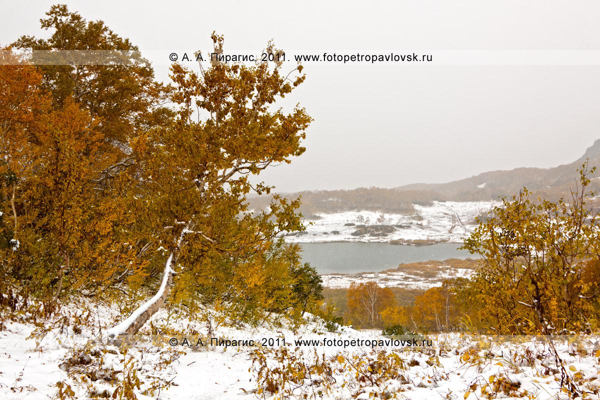 Фотография: осенний пейзаж Камчатки. Горный массив Вачкажец (Южно-Быстринский хребет). На заднем плане — озеро Тахколоч