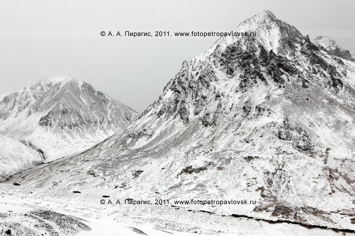 Фотография: пейзаж Камчатки — горный массив Вачкажец (Южно-Быстринский хребет). Слева на фотографии — гора Вачкажец, справа — гора Вачкажцы (Вачкажицы)