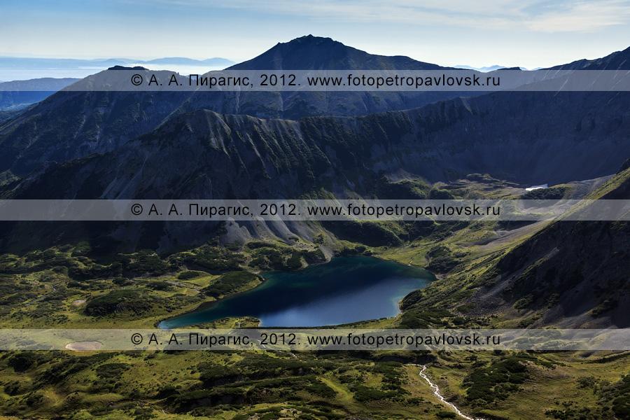 Фотография: вид на одно из живописных озер горного массива Вачкажец (вулкан Вачкажец). Полуостров Камчатка, Южно-Быстринский хребет