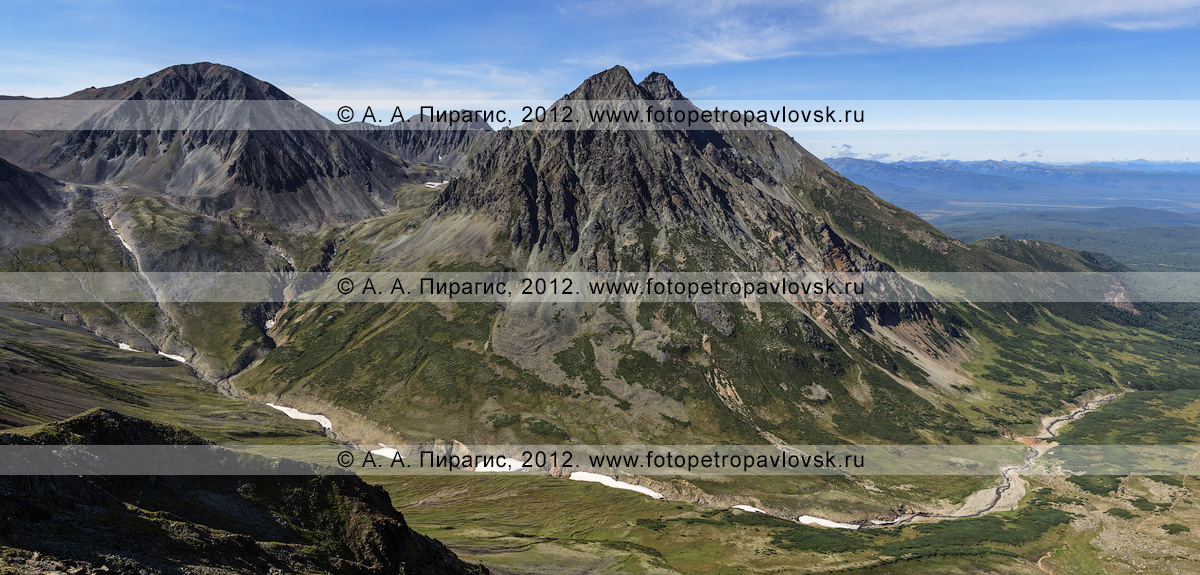 Фотография: горный массив Вачкажец (вулкан Вачкажец). Слева — гора Вачкажец, справа — гора Вачкажцы (Вачкажицы). Южно-Быстринский хребет, полуостров Камчатка
