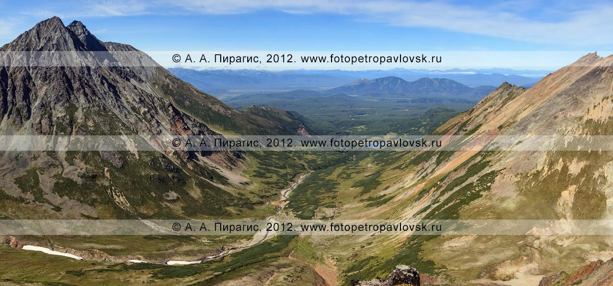 Фотография: горный массив Вачкажец (вулкан Вачкажец). Слева — гора Вачкажцы (Вачкажицы), справа — гора Летняя Поперечная. Полуостров Камчатка, Южно-Быстринский хребет