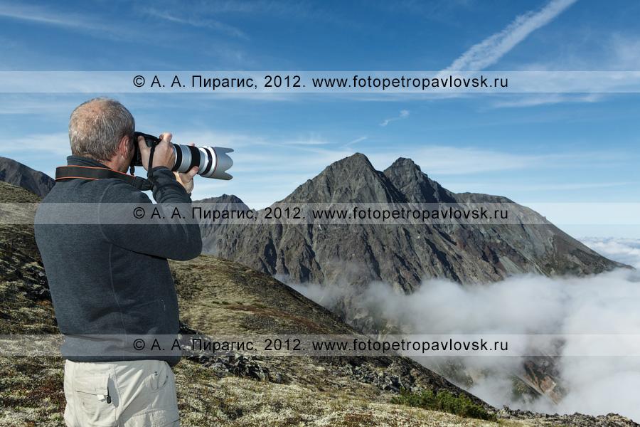 Фотография: камчатский фотограф и путешественник фотографирует горы
