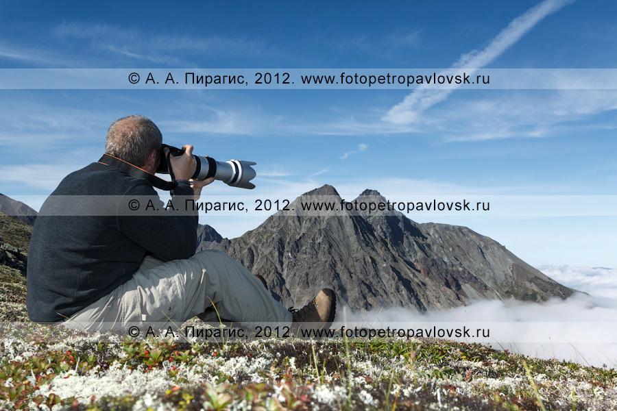 Фотография: камчатский турист фотографирует горы
