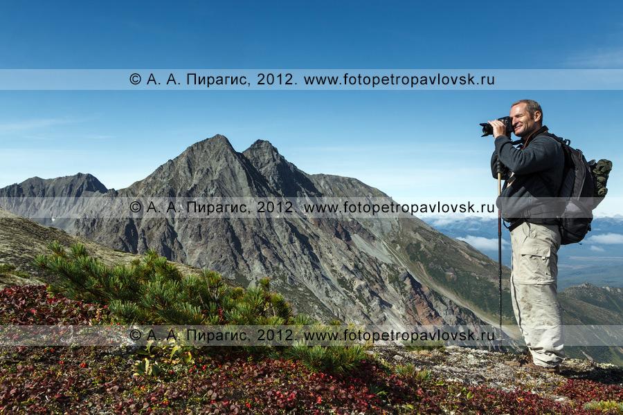 Фотография: турист фотографирует в горах на Камчатке