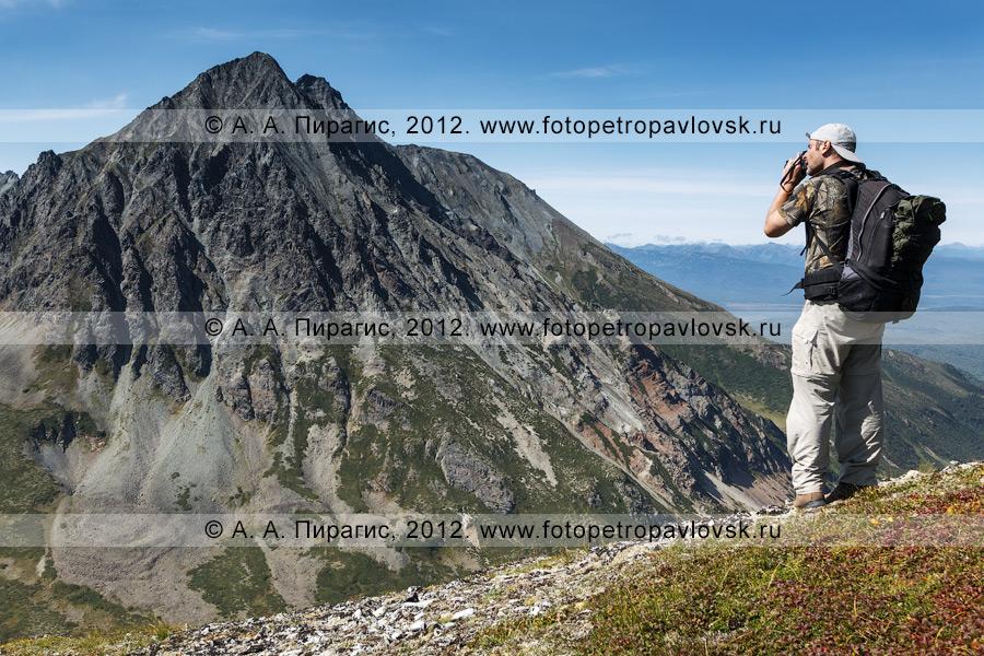 Фотография: турист фотографирует камчатский пейзаж — горный массив Вачкажец