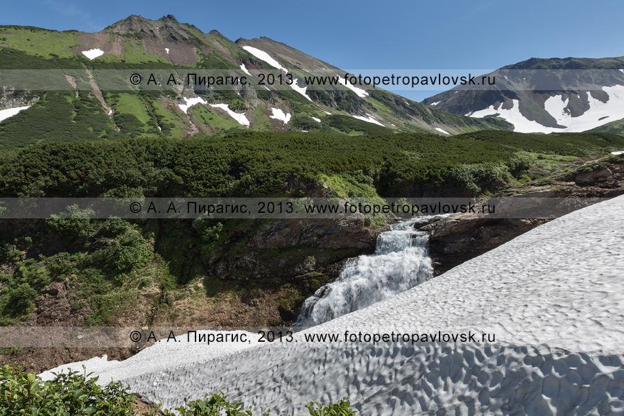 Фотография: летний камчатский пейзаж — горный массив Вачкажец, водопад на реке Такхолоч. Полуостров Камчатка