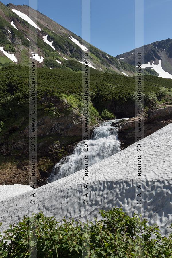 Фотография: летний камчатский пейзаж — горный массив Вачкажец, водопад на реке Такхолоч. Камчатский край