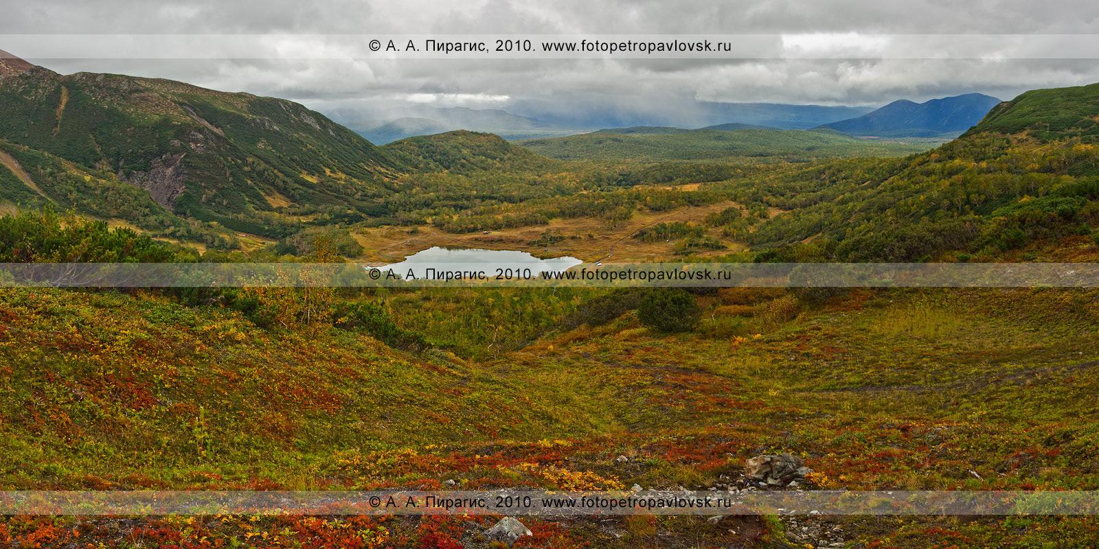 """Фотография (панорама): долина реки Тахколоч. Вид с сопки Летняя Поперечная, внизу — озеро Тахколоч. Геологический памятник природы Камчатки """"Горный массив Вачкажец"""""""