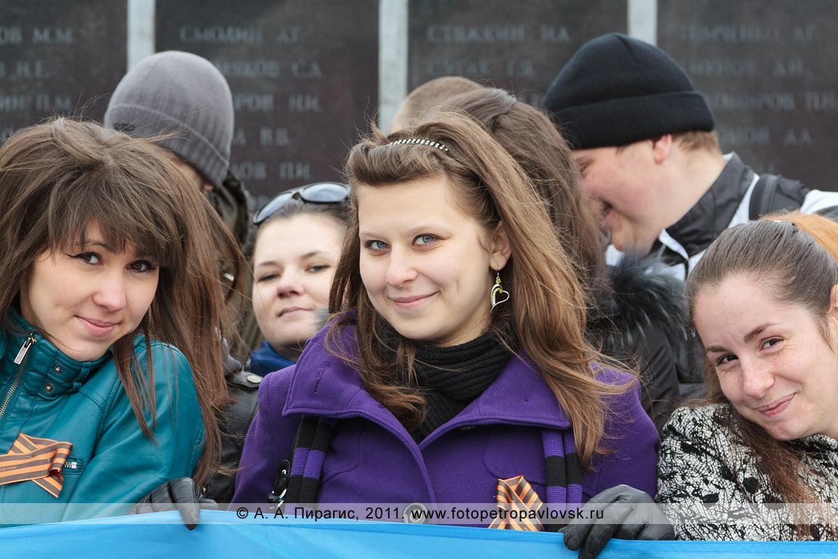 Фотография: девушки-студентки — участницы митинга в честь годовщины Победы в Великой Отечественной войне. Парк Победы, город Петропавловск-Камчатский