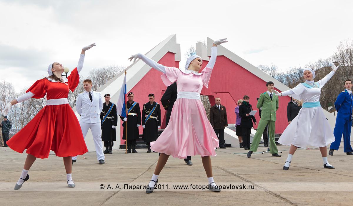 Фотография: выступление камчатского творческого коллектива. Мемориал памяти камчатцев, погибших во Второй мировой войне в парке Победы города Петропавловска-Камчатского