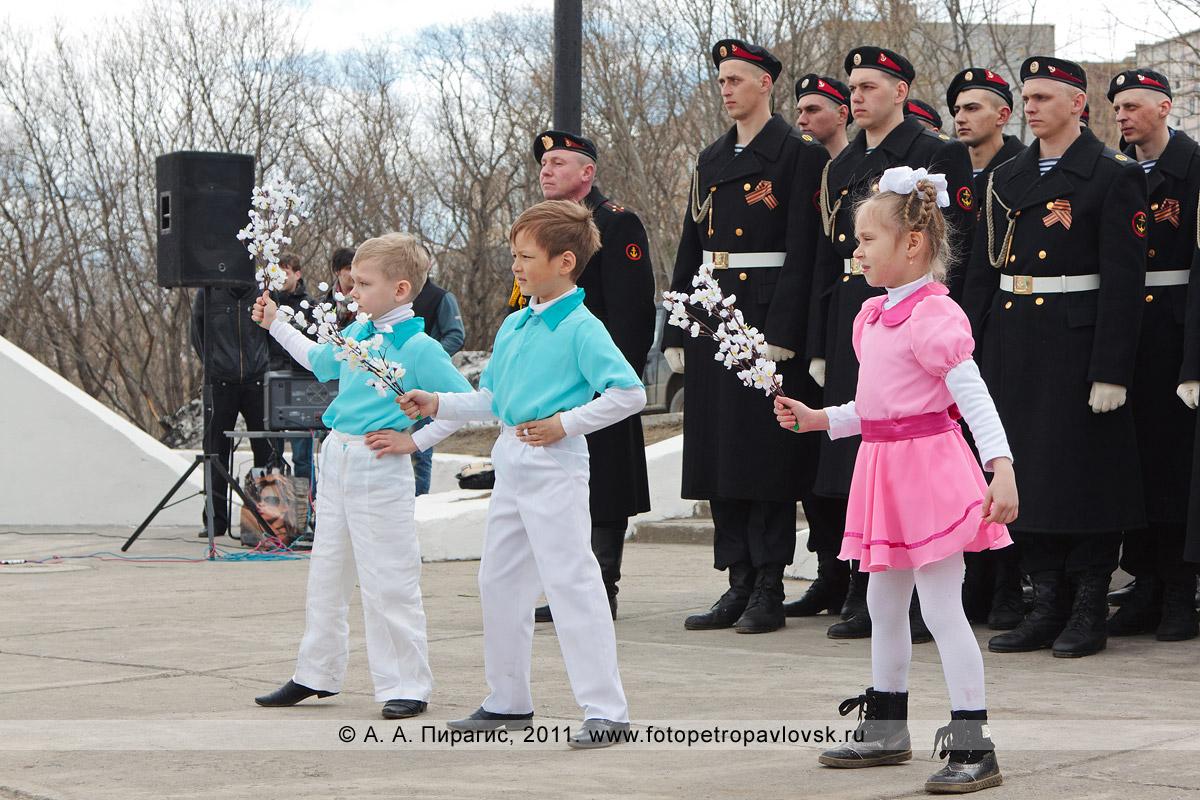 Фотография: выступление камчатского творческого коллектива в парке Победы, у мемориала памяти камчатцев, погибших во Второй мировой войне. Город Петропавловск-Камчатский
