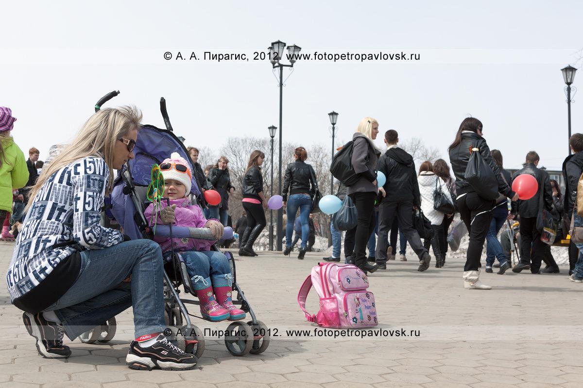Фотография: молодая мама с дочкой в парке Победы. Камчатский край, город Петропавловск-Камчатский, микрорайон Дачный