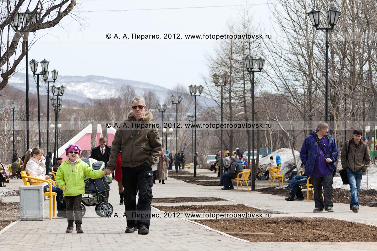 Фотография: петропавловцы гуляют по парку Победы. Полуостров Камчатка, город Петропавловск-Камчатский, микрорайон Дачный