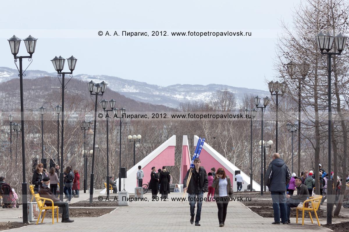 Фотография: аллея в парке Победы города Петропавловска-Камчатского. На заднем плане: мемориал памяти камчатцев, погибших во Второй мировой войне