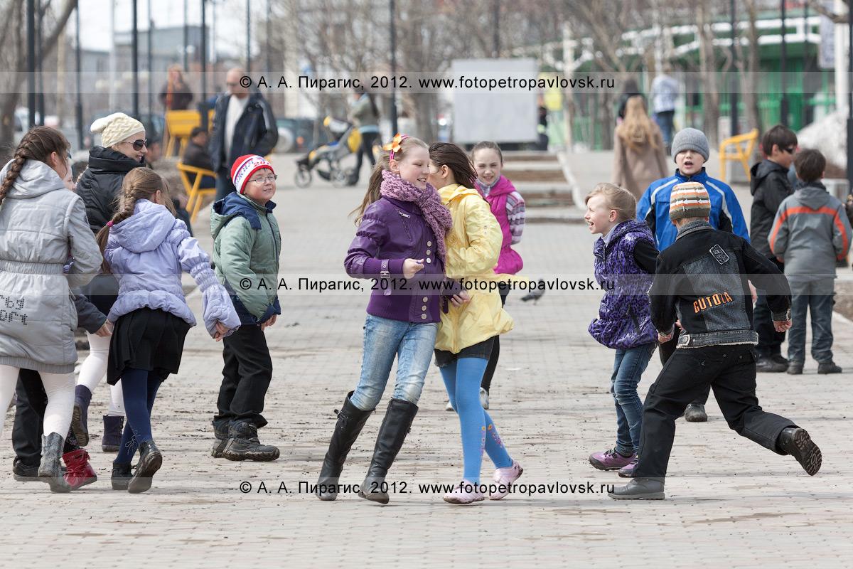 Фотография: камчатские дети играют на аллее в парке Победы. Камчатка, город Петропавловск-Камчатский, микрорайон Дачный