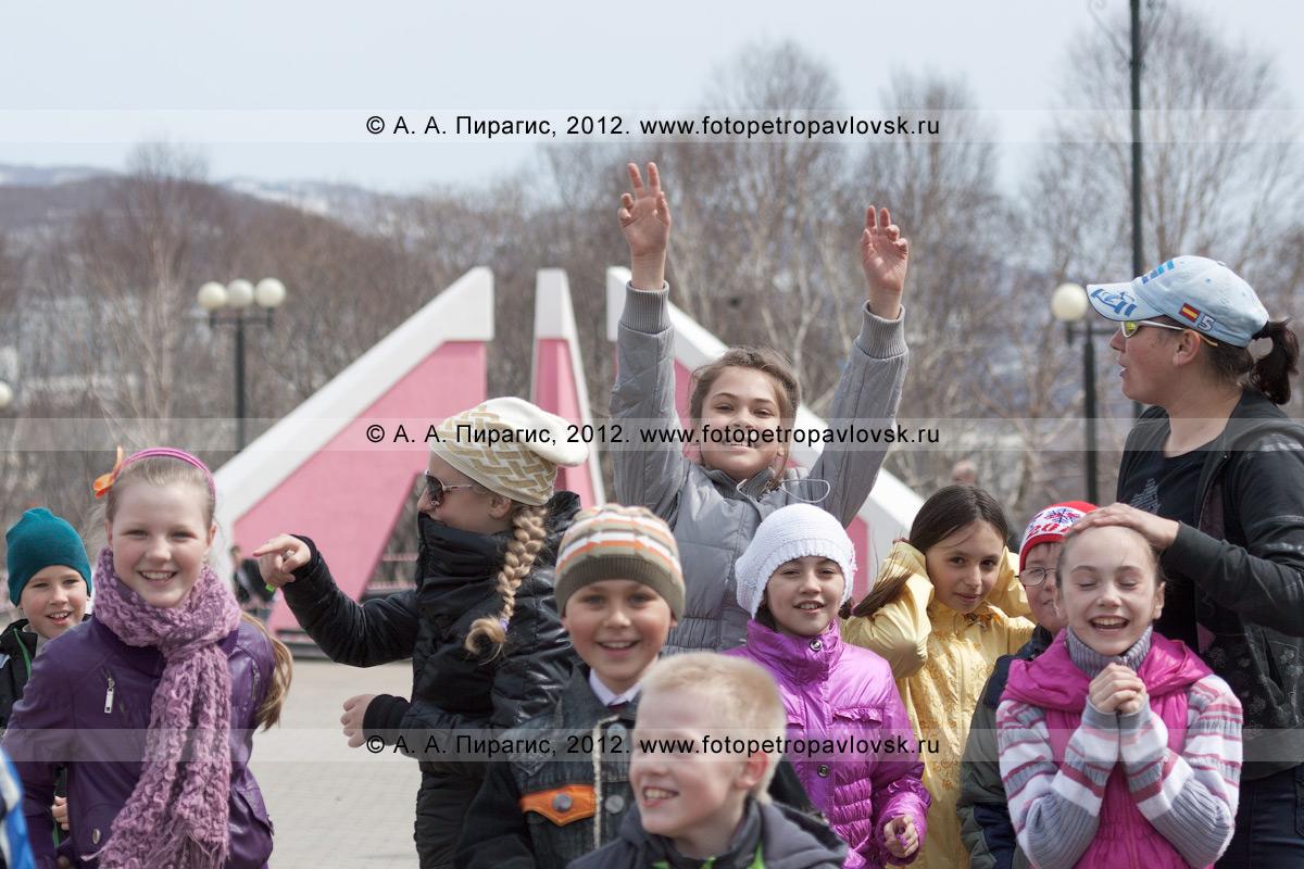 Фотография: задорные камчатские дети в парке Победы, на фоне мемориала памяти камчатцев, погибших во Второй мировой войне. Камчатка, город Петропавловск-Камчатский, микрорайон Дачный