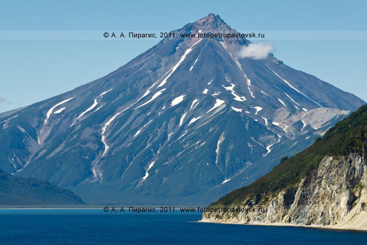 Фотография: вид на Вилючинский вулкан и бухту Вилючинскую. Восточное побережье Камчатки