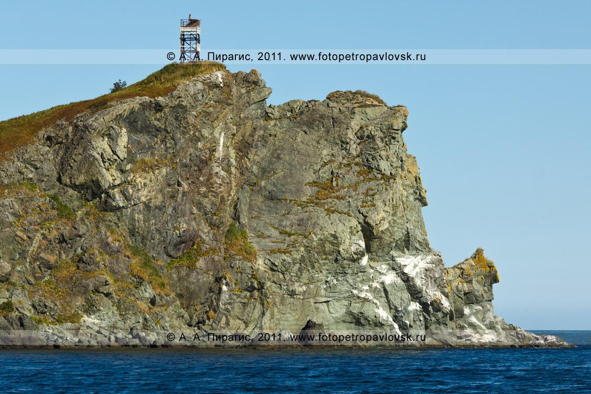 Фотография: мыс Зеленый и маяк — крупным планом. Полуостров Камчатка, Авачинский залив, Тихий океан
