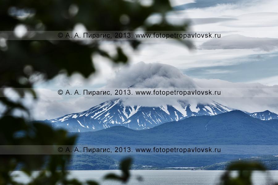 Фотография: потухший камчатский вулкан Вилючинский, вид из города Петропавловска-Камчатского