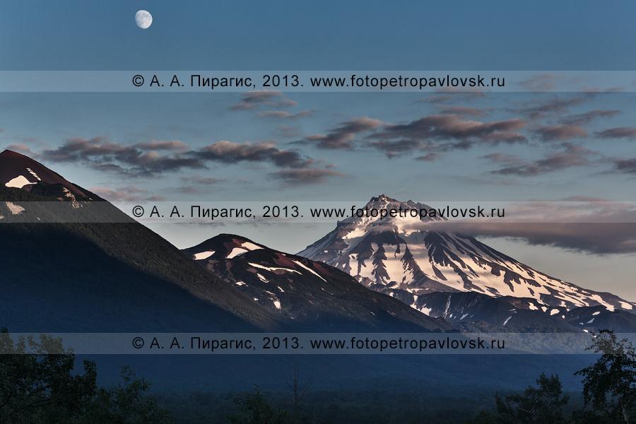 Фотография: камчатский пейзаж — Вилючинский вулкан на закате. Справа на фотографии: сопка Бархатная. Полуостров Камчатка