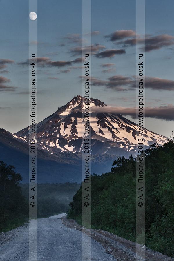Фотография: дорога на Мутновскую ГеоЭС, вид на Вилючинскую сопку (Вилючинский вулкан) на закате. Камчатский край
