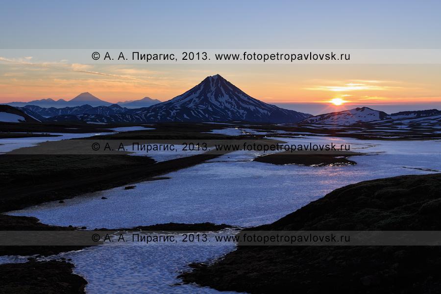 Фотография: камчатский пейзаж — Вилючинский вулкан на рассвете. Слева на фотографии: Корякский и Авачинский вулканы. Полуостров Камчатка