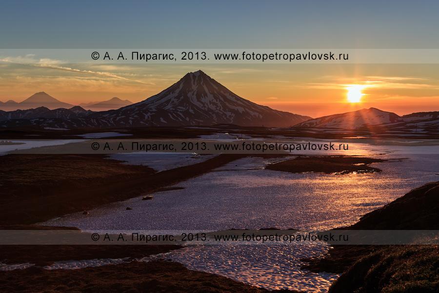 Фотография: камчатский пейзаж — восход солнца в горах, красивый вид на Вилючинскую сопку (Вилючинский вулкан). Камчатский край