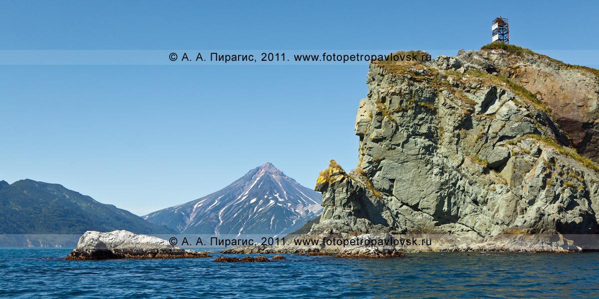 Фотография: мыс Зеленый на входе в бухту Вилючинскую. На заднем плане — Вилючинский вулкан. Восточное побережье полуострова Камчатка
