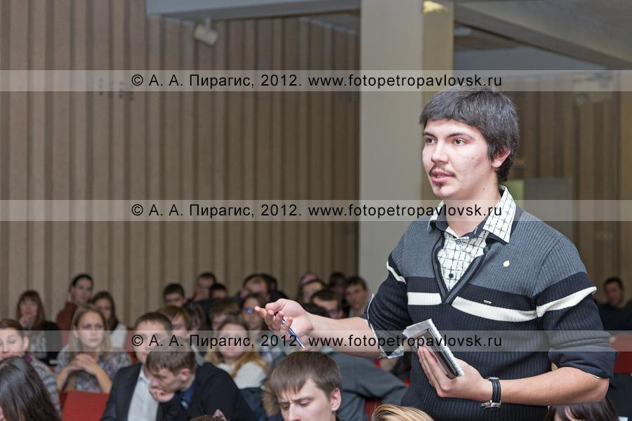 Фотография: встреча мэра Петропавловска-Камчатского Константина Слыщенко с молодыми петропавловцами