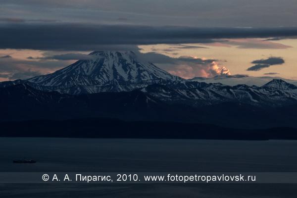 Извержение вулкана Горелый на Камчатке