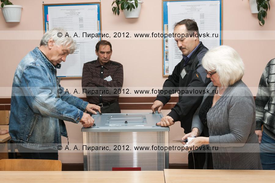 Фотография: члены участковой избирательной комиссии избирательного участка № 51 вскрывают урну после завершения голосования на выборах