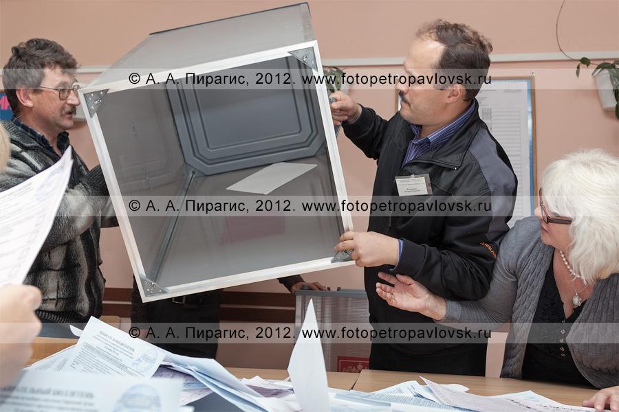 Фотография: избирательный бюллетень, застрявший в урне для голосования на выборах