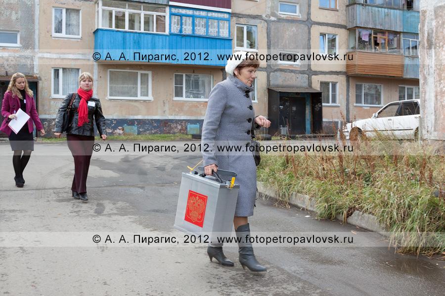 Фотография: сотрудники участковой избирательной комиссии избирательного участка № 51 и наблюдатель на выборах идут к избирателям домой для голосования вне помещения для голосования