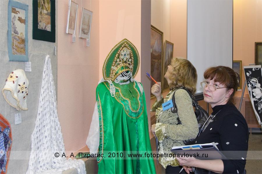 """Фотография: жюри оценивает работы, представленные на выставку """"Рассветы Камчатки"""", посвященную юбилею Камчатского центра художественного творчества детей и молодежи"""