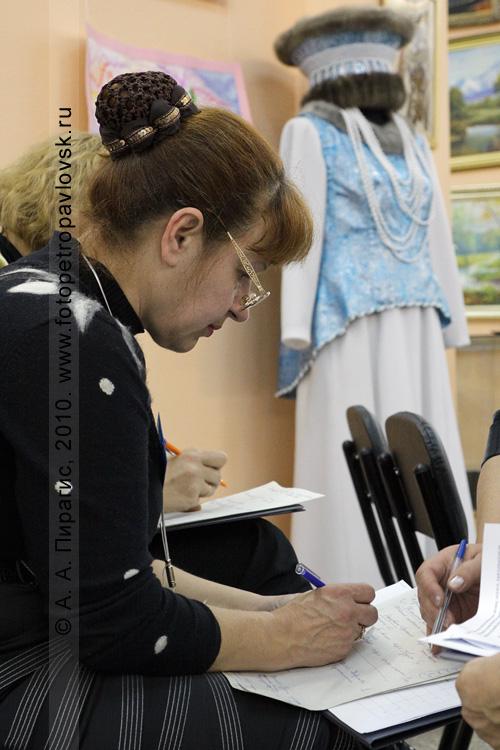 """Фотография: выставка """"Рассветы Камчатки"""", посвященная 40-летию Камчатского центра художественного творчества детей и молодежи. Работает жюри. На заднем плане — экспонат выставки"""
