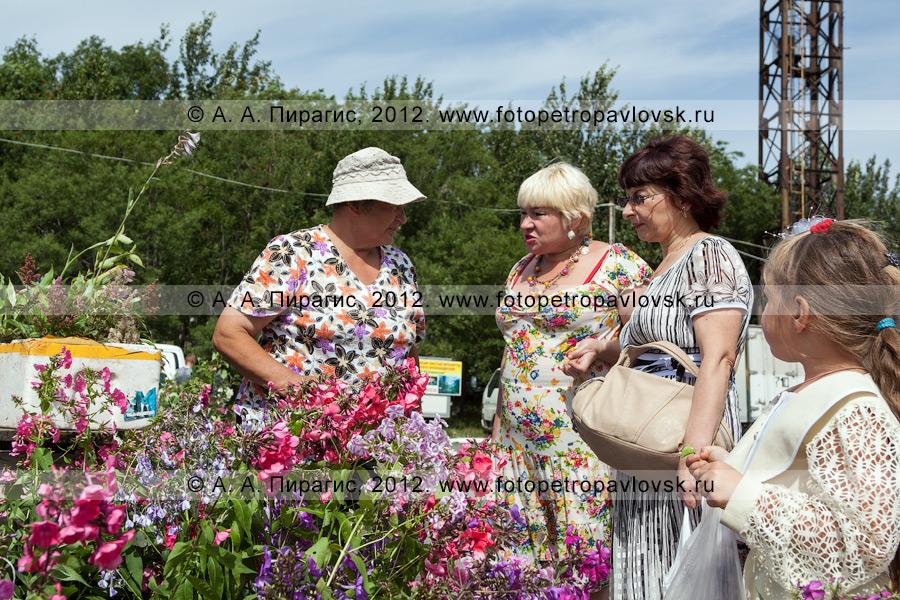 Фотография: продажа цветов на сельскохозяйственной ярмарке в городе Петропавловске-Камчатском