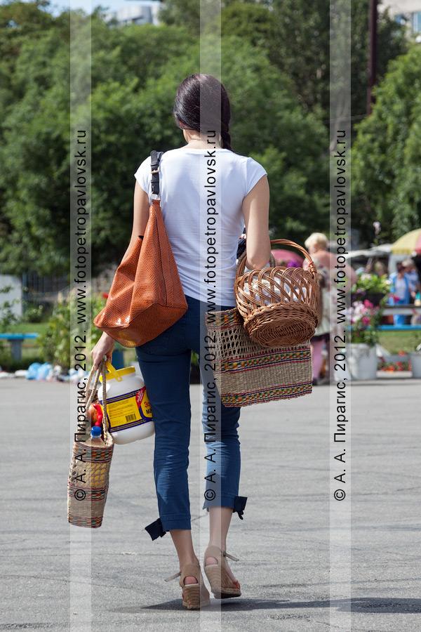 Фотография: шоппинг. Девушка идет с покупками с сельскохозяйственной ярмарки выходного дня
