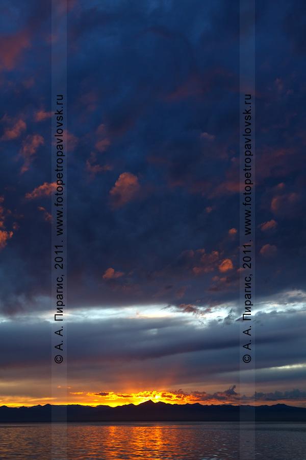 Фотография: красочный закат солнца. Авачинская губа (бухта), полуостров Камчатка