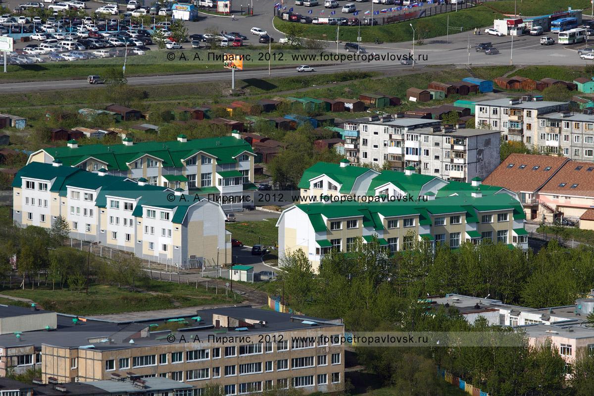Фотография: новый жилой квартал с зелеными крышами.  Камчатский край, город Петропавловск-Камчатский, улица Звездная